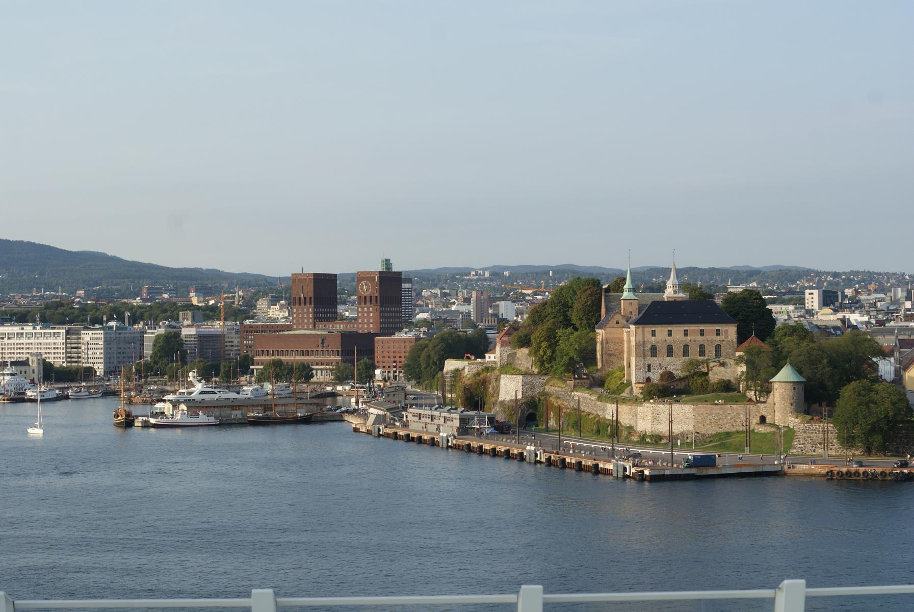 Oslo Hafen mit Rathaus und Festung Akershus