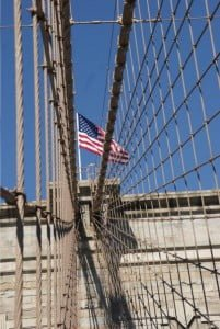 Netzartiges Muster der Stahlkabel der Brooklyn Bridge