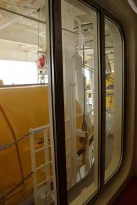 Rettungsboote vor den Fenstern der Kabine in der AIDAprima