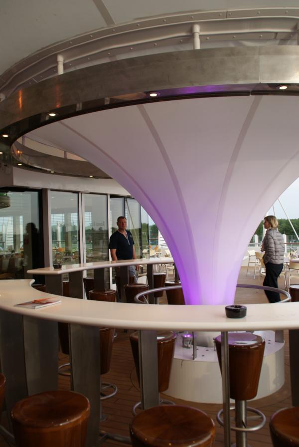 Lanai Bar Außenbereich AIDAprima Rondell Menschen