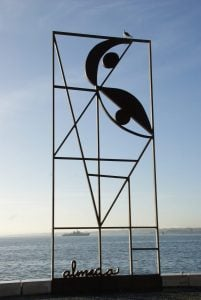 Skulptur am Tejo in Lissabon
