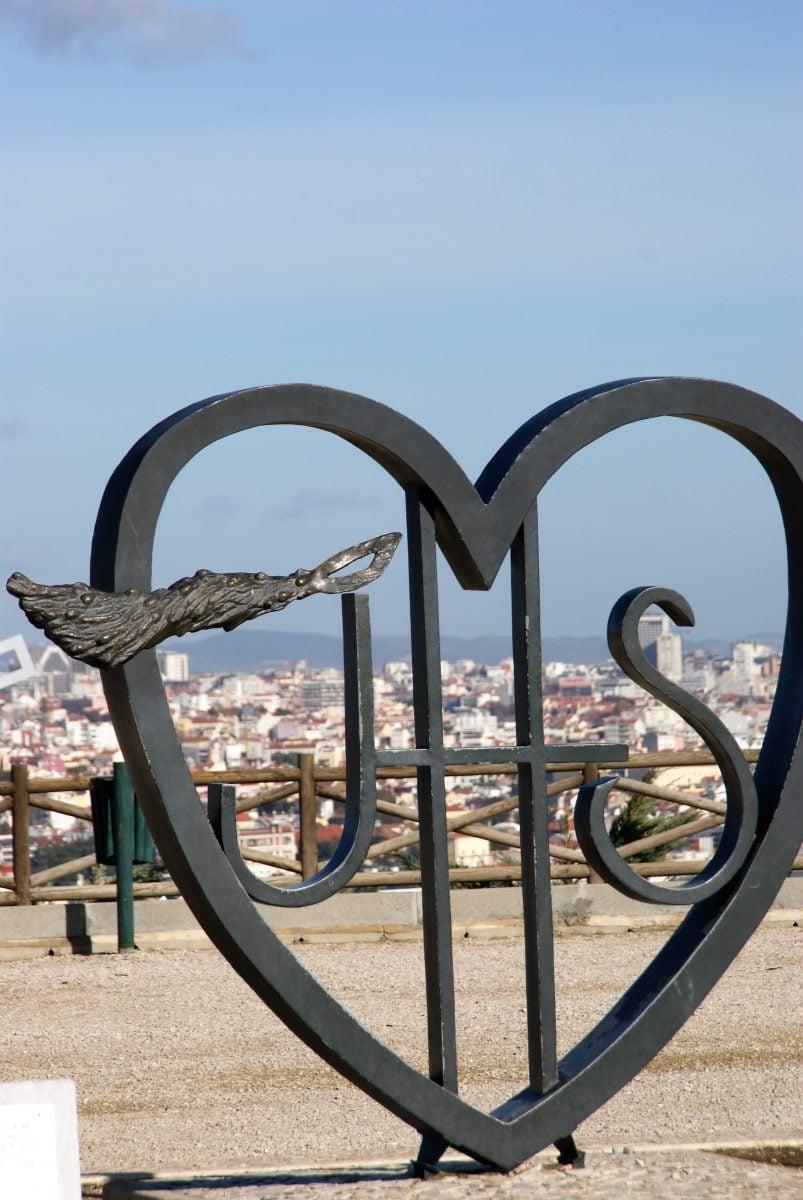 Skulptur mit Lissabon im Hintergrund