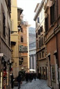 Das Pantheon schaut zwischen den Häusern hervor in Rom