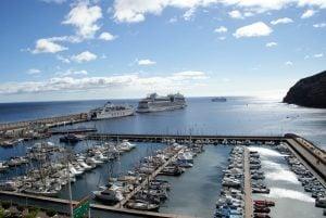 Jachthafen Mirador de la Hila Jachthafen mit den Kreuzfahrtschiffen im Hintergrund
