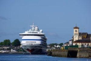 AIDAvita Hafen Cobh Irland Meer