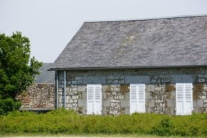 Haus neben dem Gezeitenstauwerk Mont-Saint-Michel