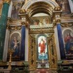 Glasfenster im Altarraum